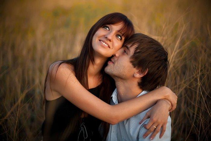 Счастливая пара в поле