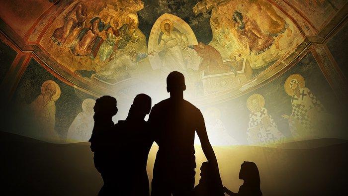 Силуэт семьи на фоне церковного купола