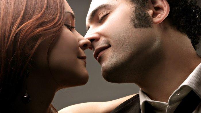 Пара готовится к поцелую