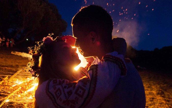 Пара влюбленных на празднике Ивана Купала