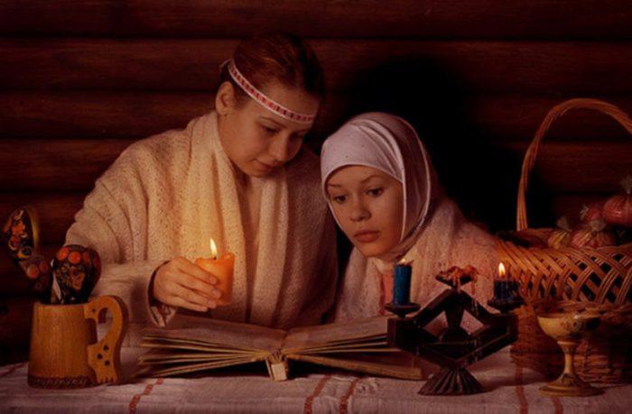 Две девушки читают заговор на продажу