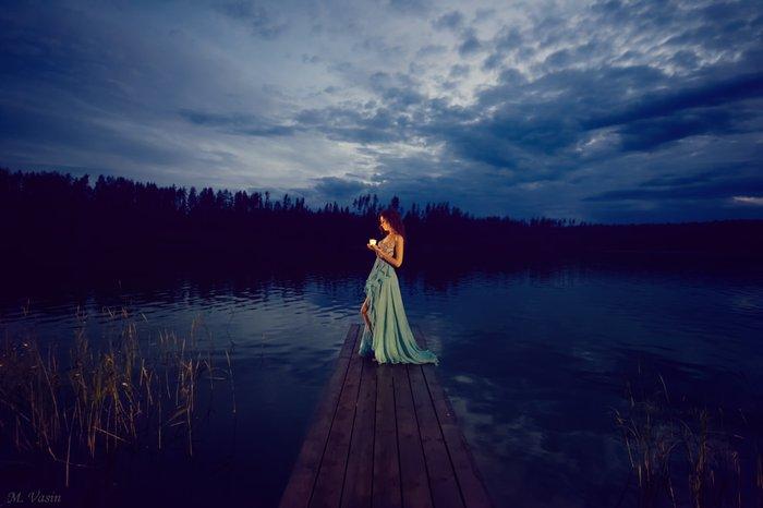 Девушка у озера ночью