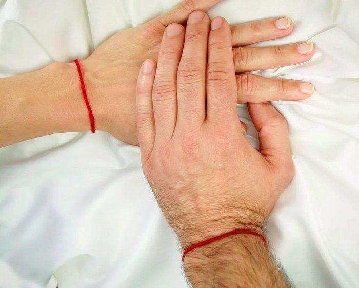 На какой руке носить красную нить?