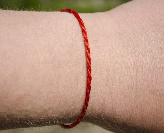 Как носить красную нить?