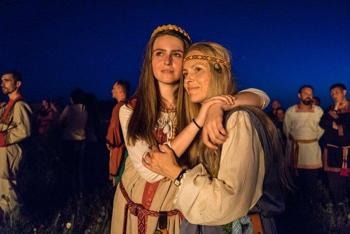 Девушки в славянских костюмах обнимаются