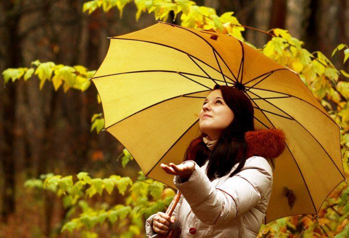 Девушка с желтым зонтом