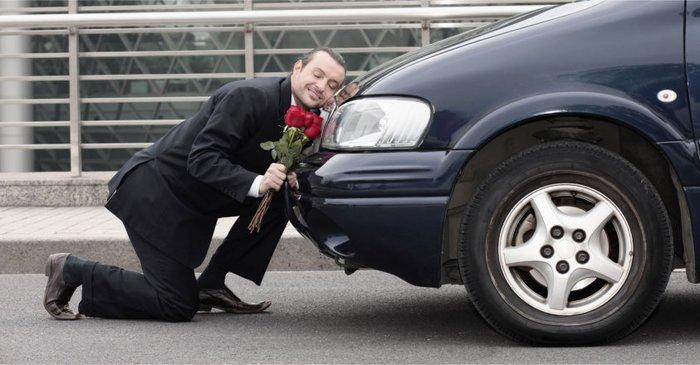 Мужчина в восторге от новой машины