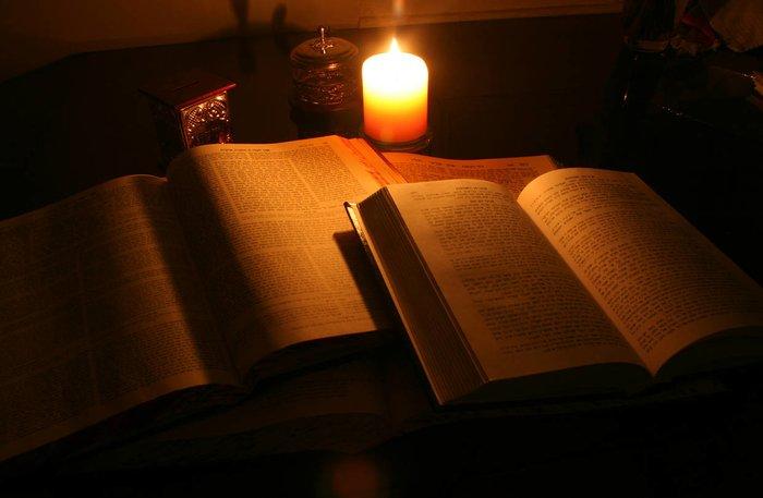 Книги заговоров и горящие свечи