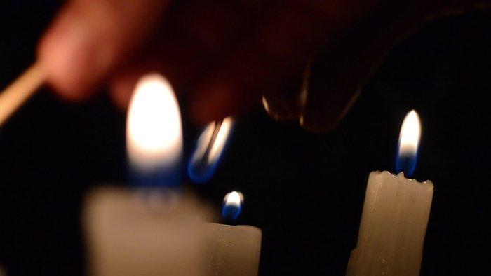 Свеча, отражающаяся в зеркале