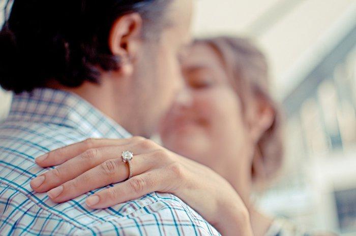 Пара влюбленных целуется, глядя друг на друга