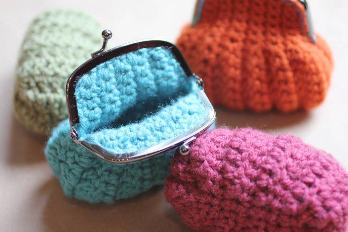 Разноцветные вязаные кошельки