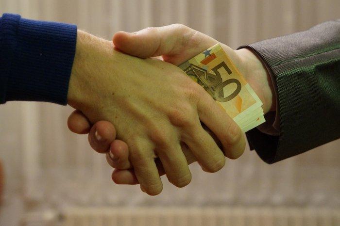 Денежная сделка и рукопожатие