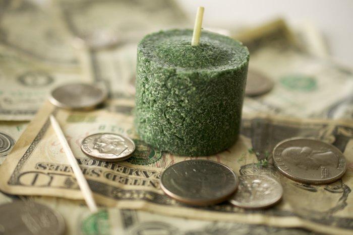 Заговорённая на деньги зелёная свеча