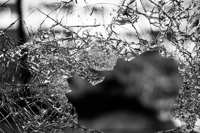 Разбитое стекло как символ опасности