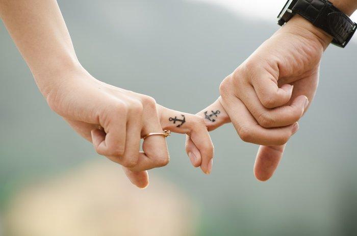 Руки влюбленных с похожими татуировками