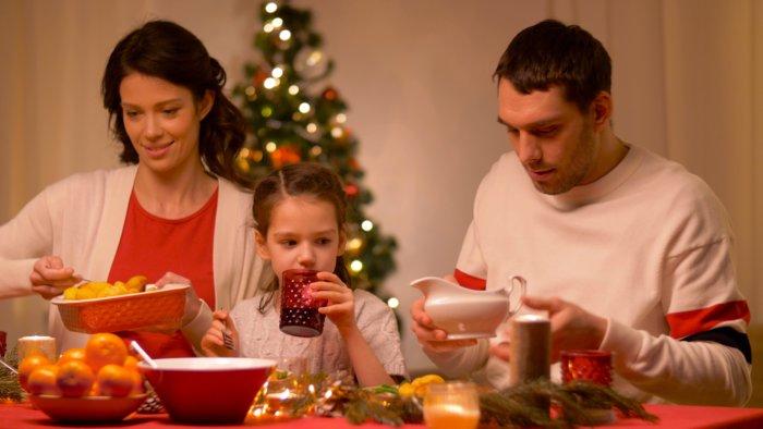 Счастливая семья за праздничным ужином