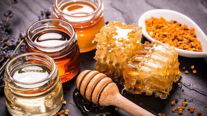 Разные виды меда на столе