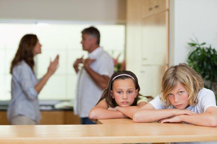 Дети грустят, пока их родители ссорятся