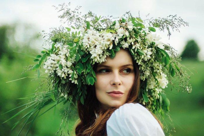 Красивая девушка с цветочным венком