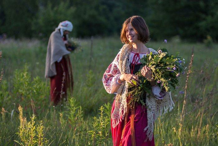 Женщины собирают травы