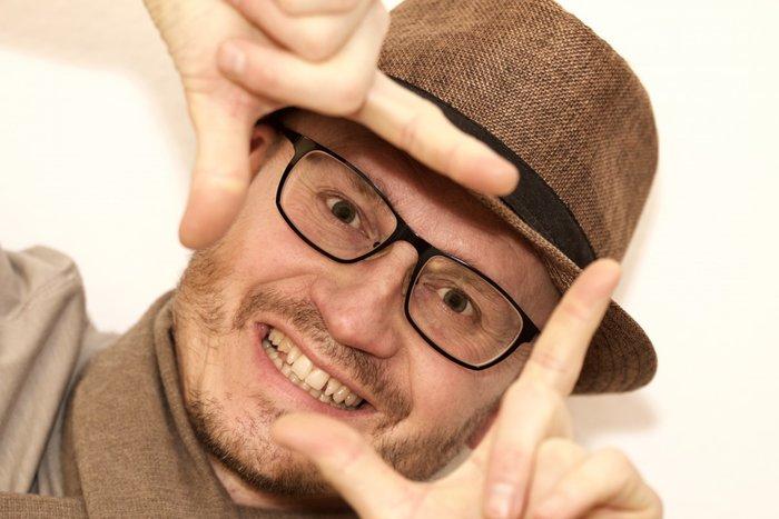Мужчина изображает фото жестами