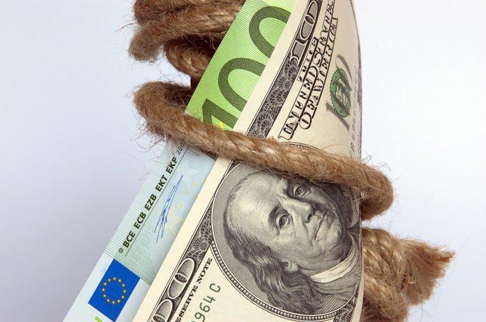 Банкнота, обвязанная веревкой