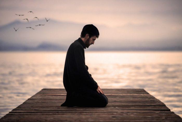 Мусульманин молится у воды