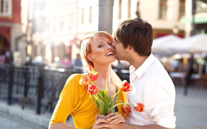 Мужчина и женщина с цветами