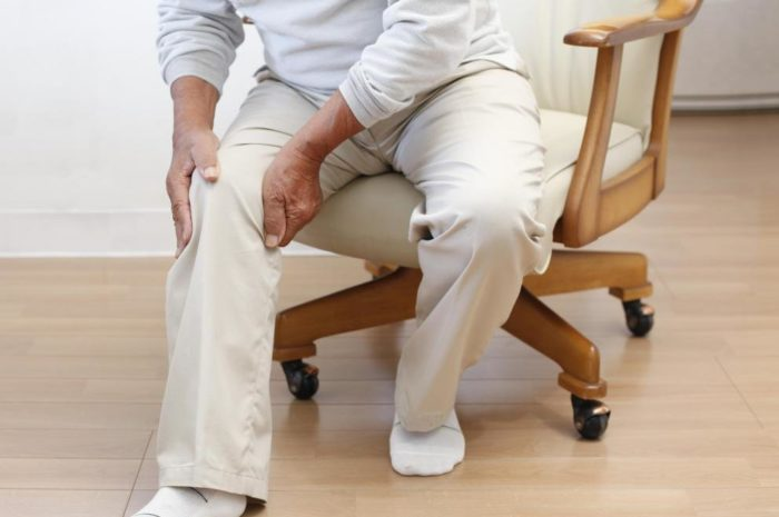 Мужчина с болью в ноге из-за рожи
