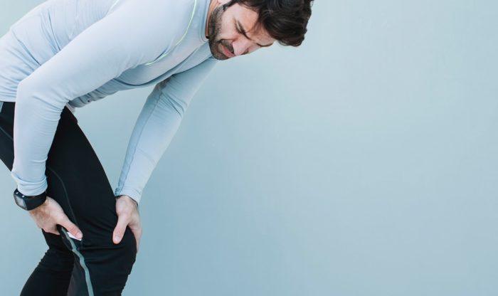 Мужчина с болью в ноге от рожистой инфекции