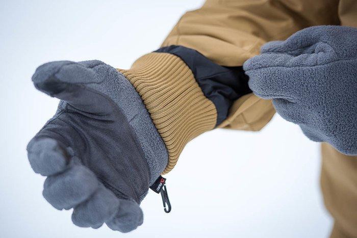 Мужчина в перчатках