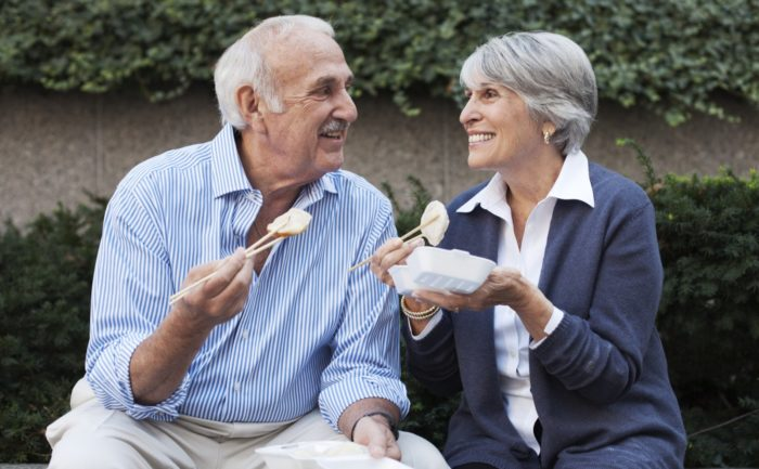 Пожилые люди обедают и отлично себя чувствуют