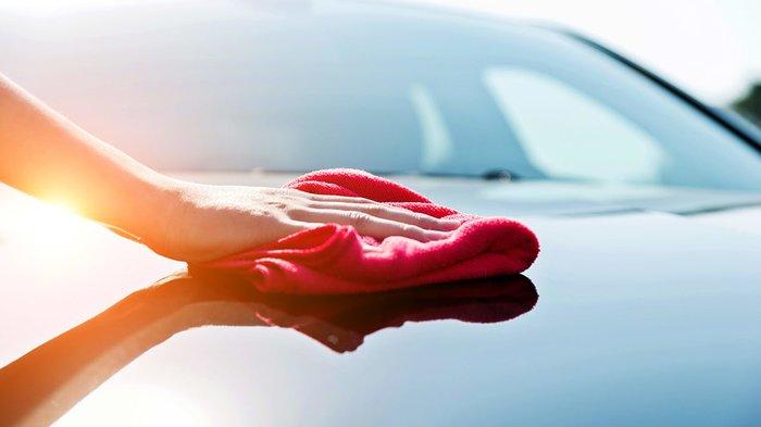 Мытье машины красной тряпкой