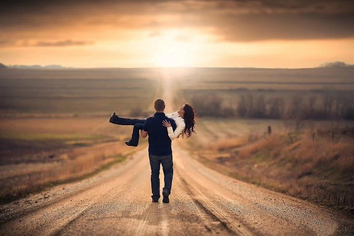Мужчина несёт девушку на руках