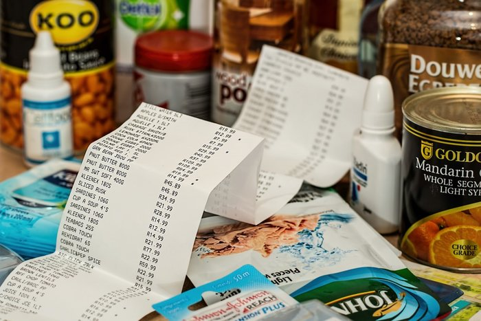 Кассовый чек на месте продажи среди товаров