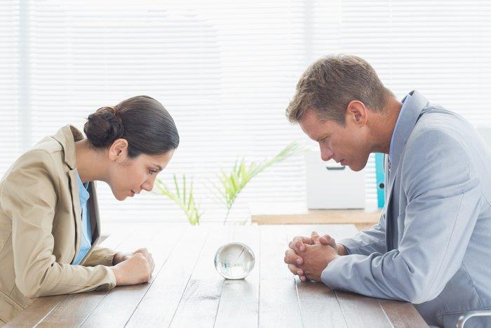 Семейная пара смотрит в стеклянный шар в надежде разглядеть будущеее