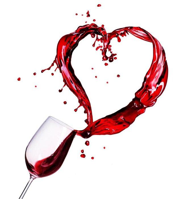 Вино, выплескивающееся из бокала