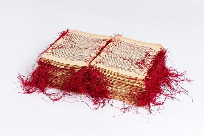 Чтение заговоров на красные нити