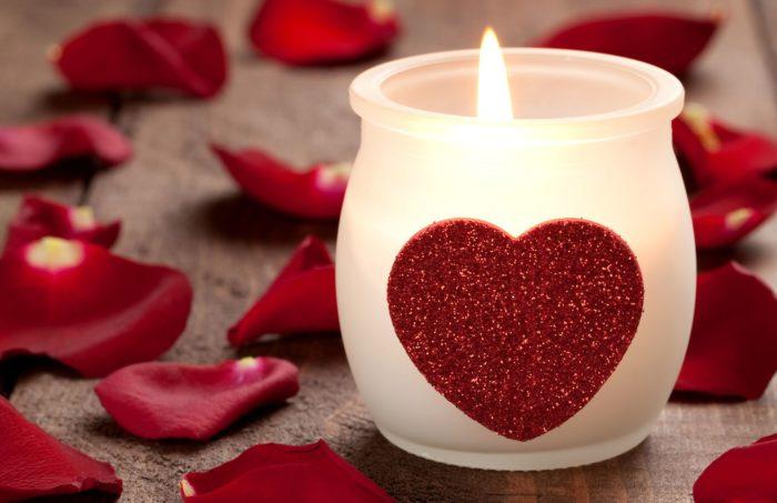 Свеча с сердцем и лепестки роз