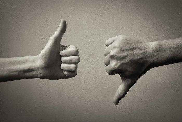 Оптимист и пессимист - палец вверх и палец вниз
