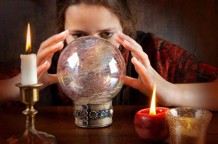 Ведьма перед стеклянным шаром