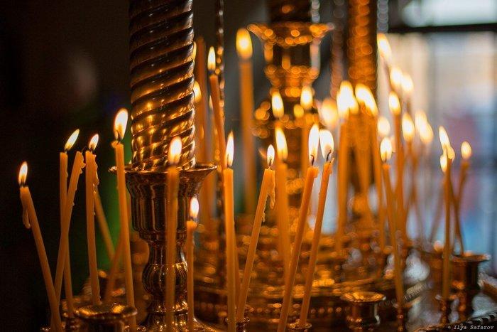 Зажженные в церкви свечи