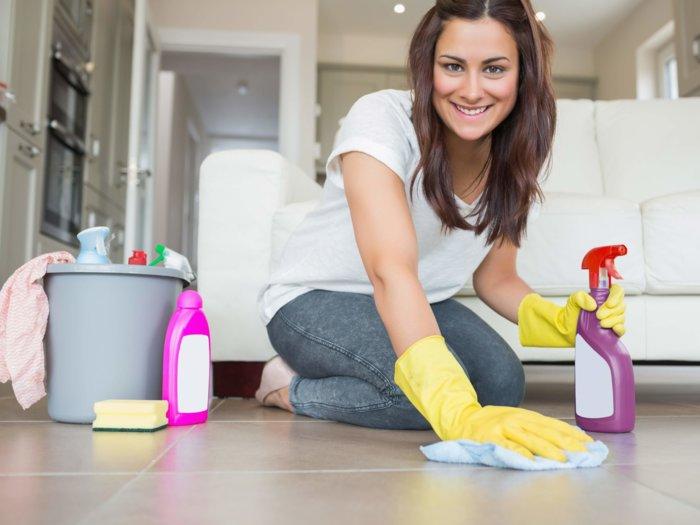 Девушка делает уборку