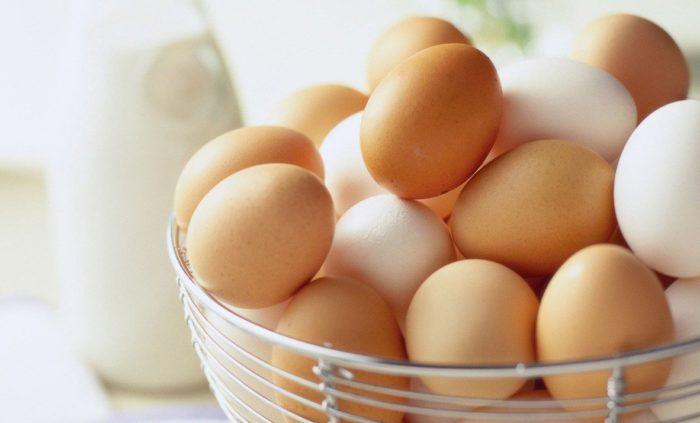 Куриные яйца в миске