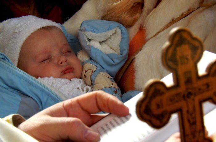 Мама с младенцем в церкви