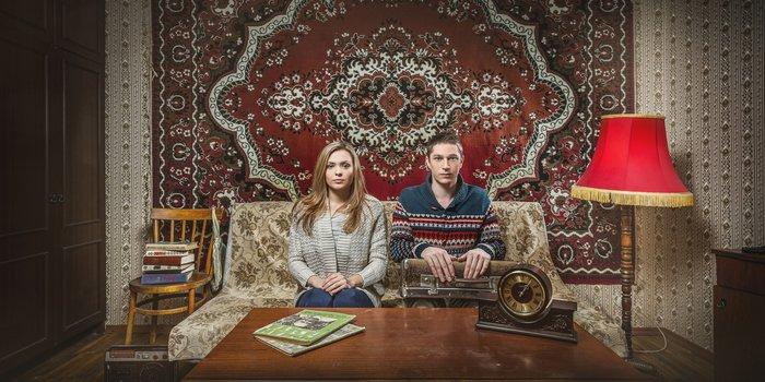 Супруги сидят на диване